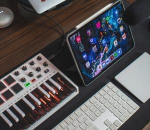 Digital tablet and keyboard on the desk